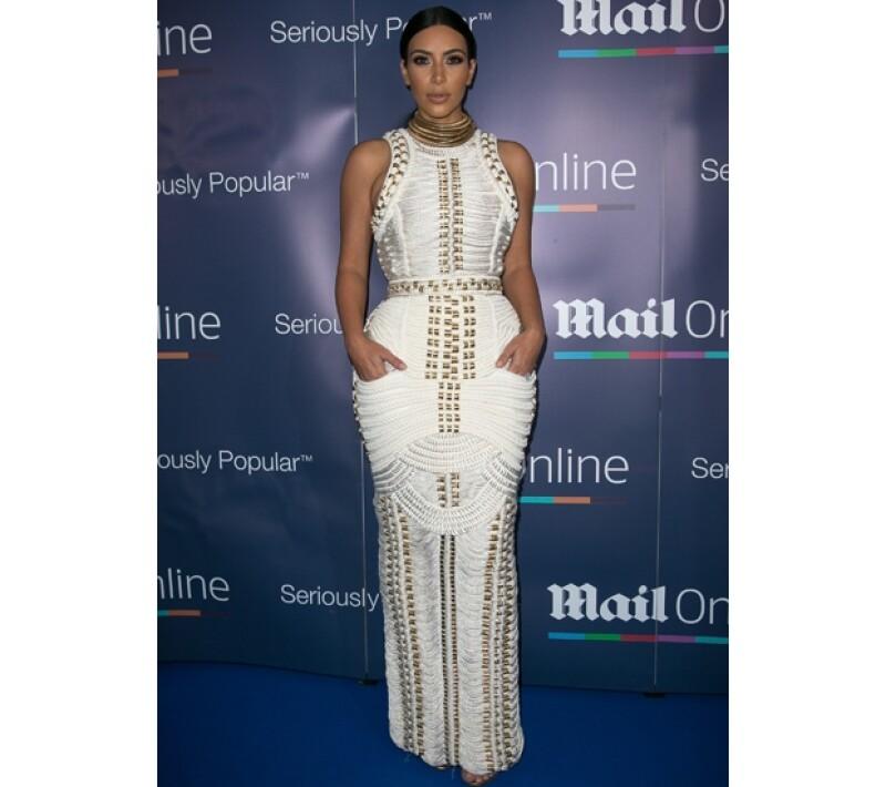 Kim lució este entallado vestido, repleto de detalles dorados.