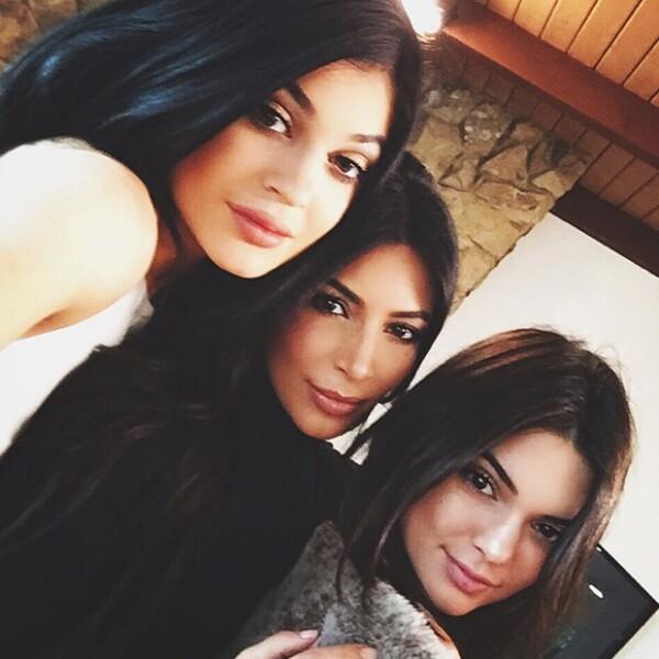 """""""Sister selfie"""", escribió Kendall Jenner. Esta fue la única imagen que la modelo compartió de la foto familiar que sus demás hermanas se tomaron con Bruce Jenner."""
