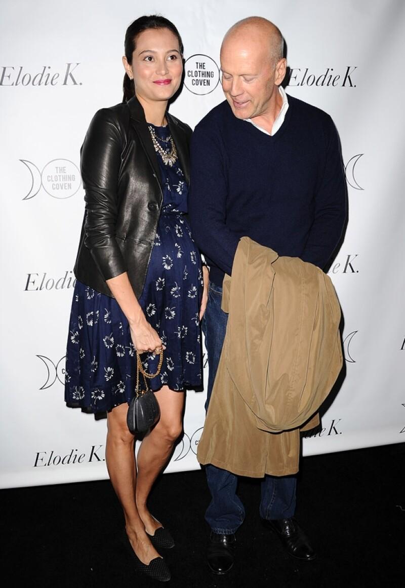 Bruce con su esposa Emma en su octavo mes de embarazo.