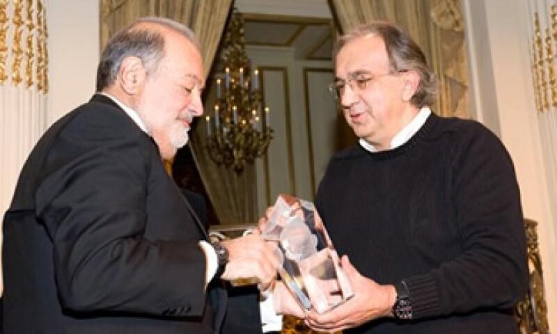 Carlos Slim recibió el reconocimiento de manos del presidente ejecutivo de Fiat-Chrysler Sergio Marchionne. (Foto: Cortesía Grupo Carso)