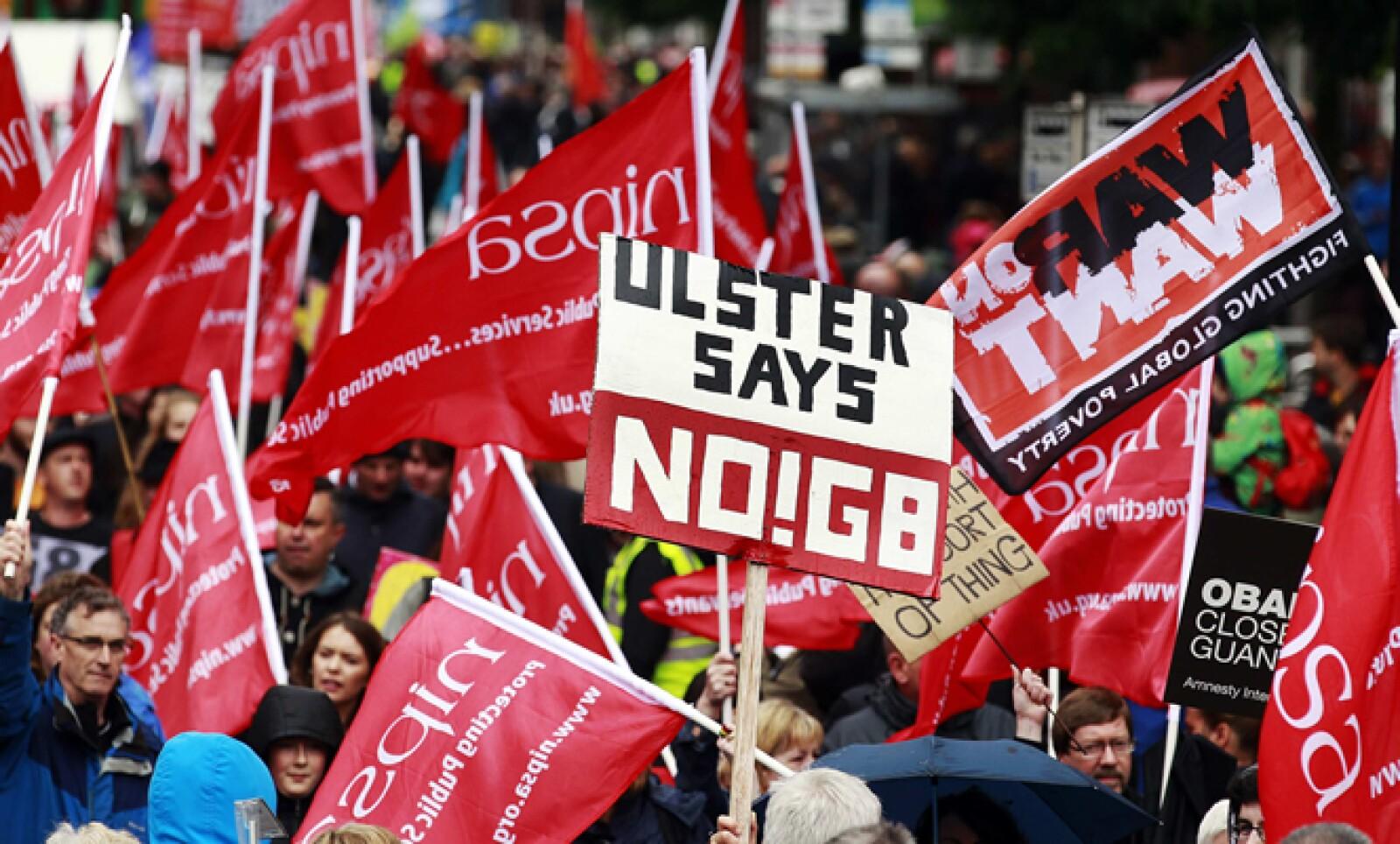 Previo a la reunión, decenas de manifestantes protestaron contra la cumbre con pancartas y banderas.
