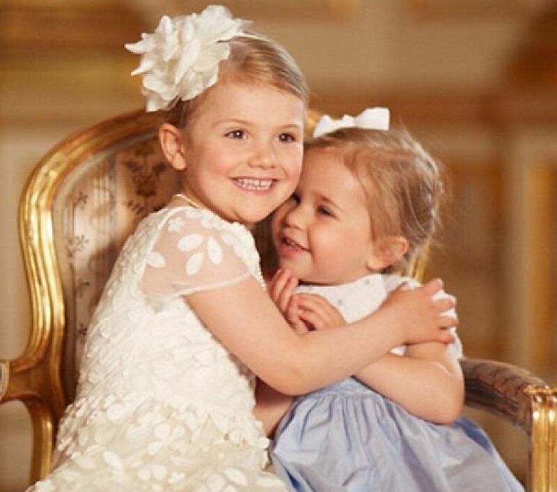 Las princesas Estelle y Leonor causaron mucha ternura en la sesión oficial de la Casa Real.