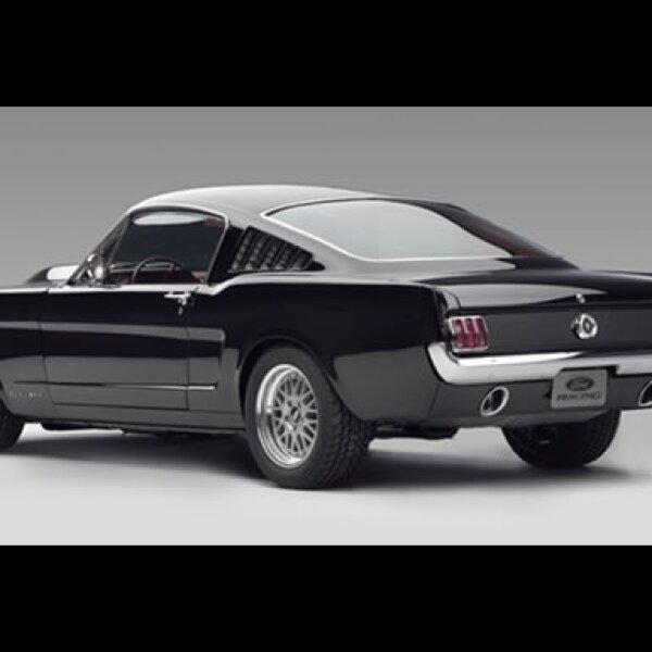 En 1965 se introdujo el Shelby GT350 con 306 caballos de fuerza y un motor V-8, dándole al Mustang credibilidad.