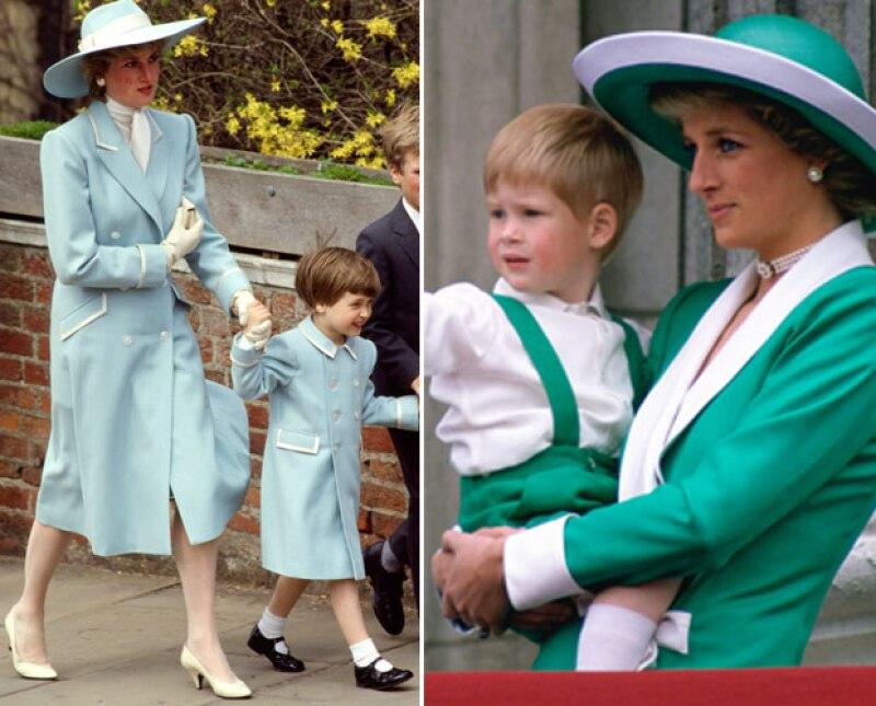 Lady Di solía combinar outfits con sus hijos. A la derecha está con el príncipe Harry, y a la izquierda con el príncipe William.