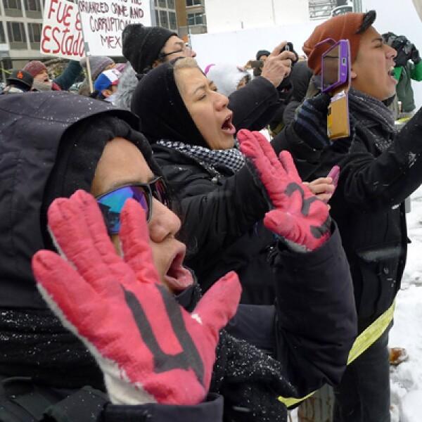 La nieve y el frío no impidió a que los activistas de la coalición #USTired2 se reunieran frente a la Casa Blanca