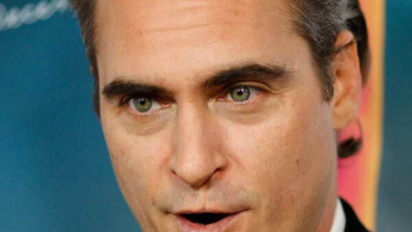 Lo que tiene Joaquin Phoenix en su labio superior es una marca de nacimiento, que lejos de verlo como un defecto, la ha adoptado como un sello personal, que como ciertas cicatrices, dan un toque de misterio sexy.