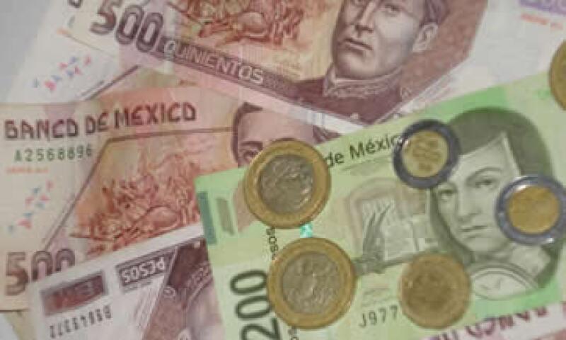 En ventanillas de bancos y casas de cambio, el peso operó en 11.60 por dólar a la compra y en 12 pesos a la venta. (Foto: Karina Hernández)
