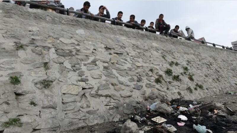 Una multitud observa los supuestos restos de una mujer que fue quemada por una multitud