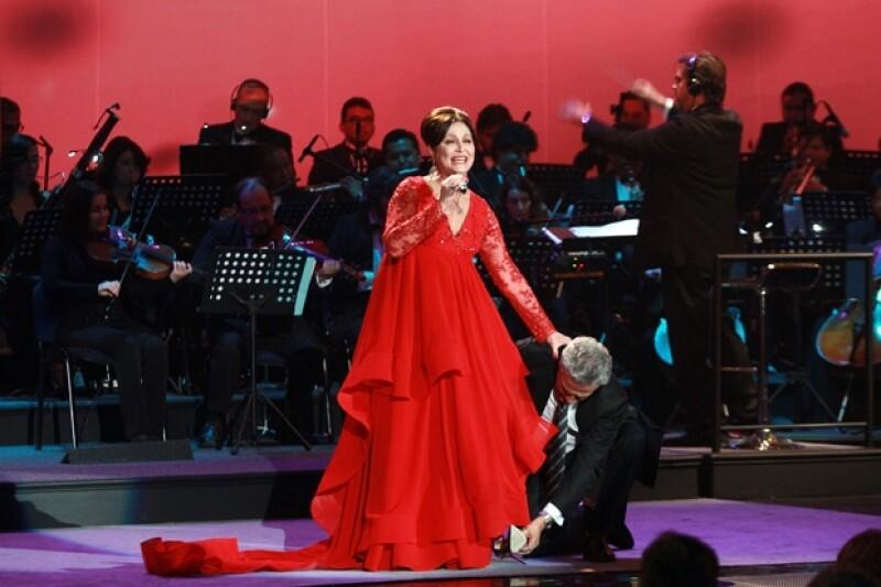 Daniela Romo tuvo un ligero percance al subir al escenario. René Casados la ayudó.