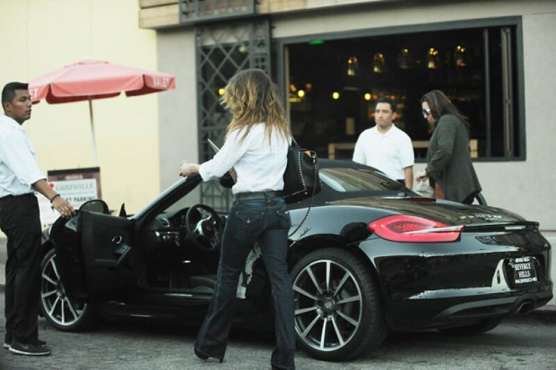 Tras pasar un rato en el restaurante Granville, la vimos dirigirse al valet parking para pedir su coche.