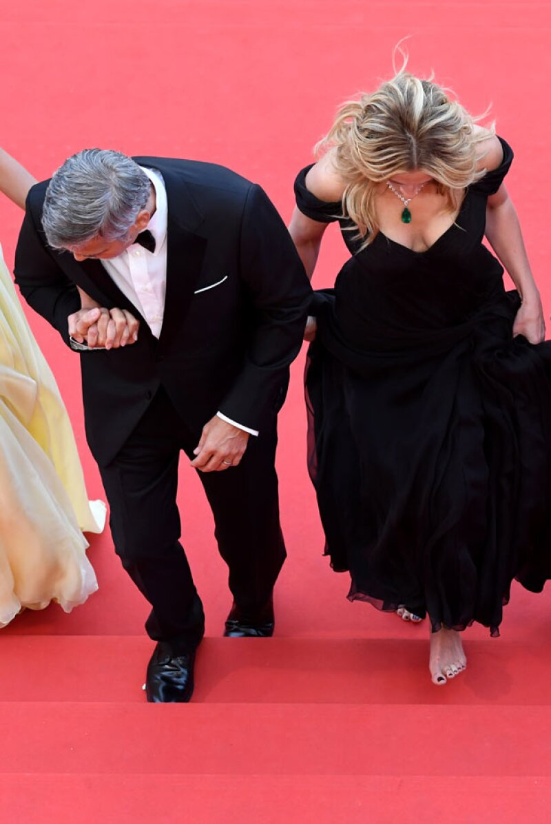 E incluso George le ayudó a subir los escalones.
