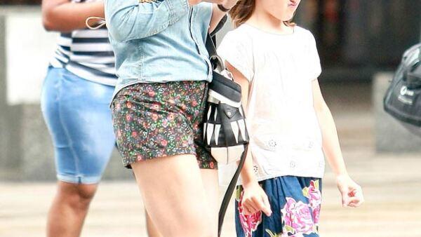 La pequeña fue captada paseando en Nueva York haciendo sus característicos gestos, mientras su mamá Katie Holmes realizaba unos muy similares.