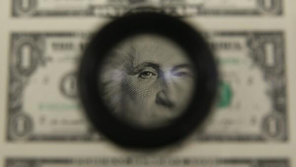 No endeudarse y planear gastos son las recomendaciones de expertos ante un dólar caro. (Foto: Getty Images )