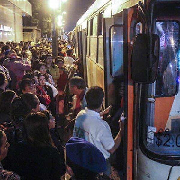 Los camiones RTP destinados para los traslados gratuitos hacia Tláhuac eran insuficientes ante la gran afluencia de gente.