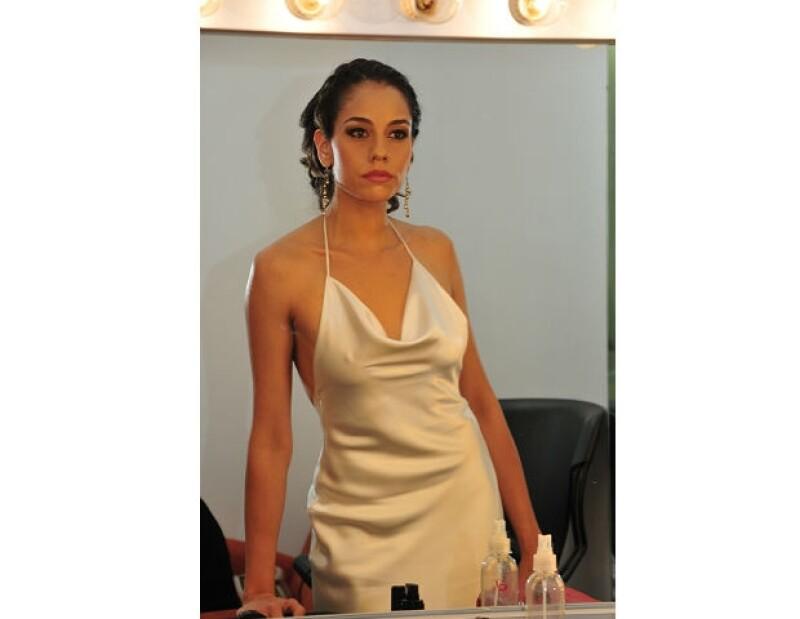 Alejandra Toussaint da el último vistazo a su look antes de desfilar por la alfombra roja.