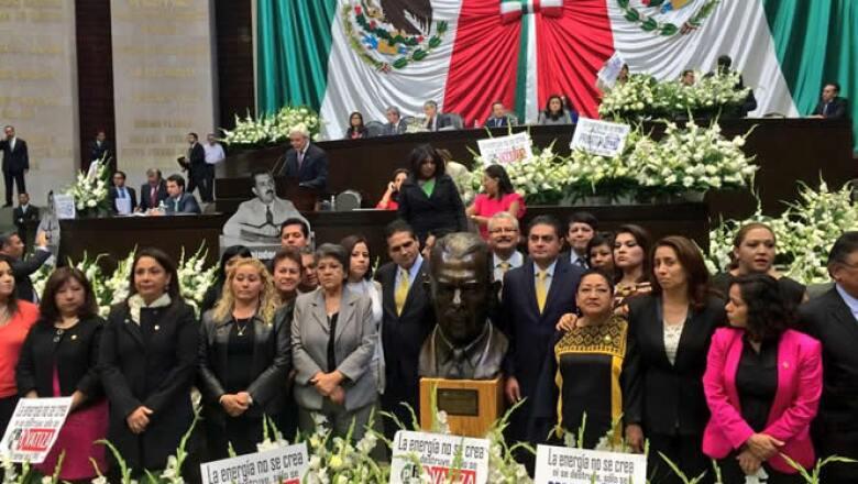 Los diputados montaron una guardia de honor ante un busto de Lázaro Cárdenas y pidieron un minuto de silencio por lo que consideran el entierro de Pemex.