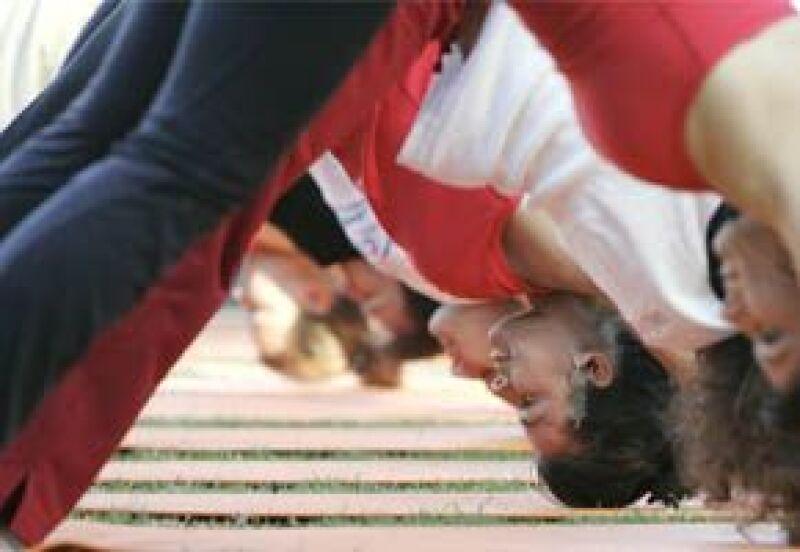 El saludo al sol es un movimiento básico de yoga.