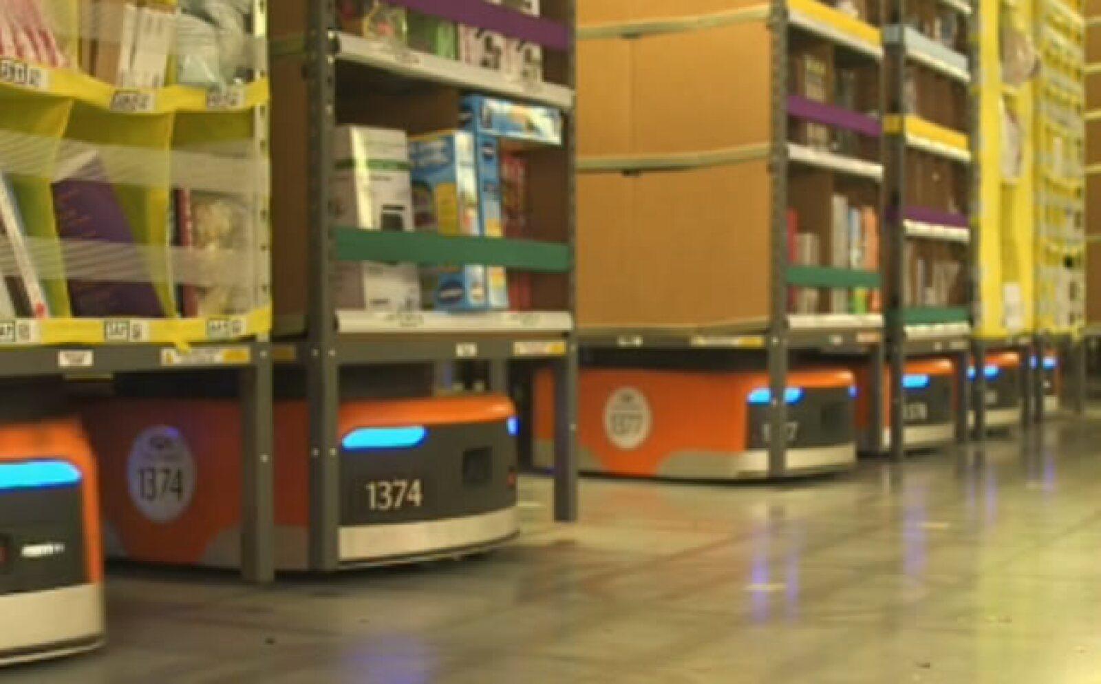 El centro cuenta con 3,000 robots Kiva responsables de trasladar y regresar las estanterías de los productos a las líneas de distribución
