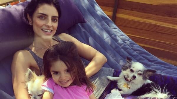 Aislinn y Aitana Derbez con sus mascotas
