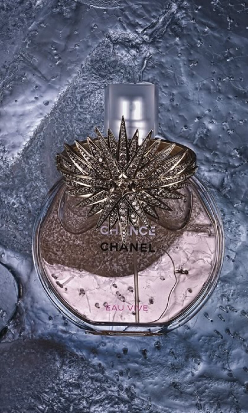 Oro, diamantes, zafiros y rubíes se congelan junto a exquisitos perfumes este invierno. Unidos se convierten en accesorios sofisticados que le permiten a la mujer brillar y distinguirse del resto.
