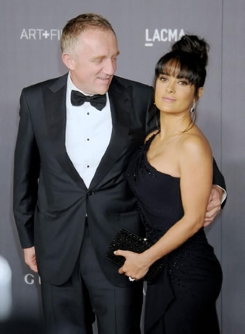 Salma siempre está muy bien acompañada de su esposo.
