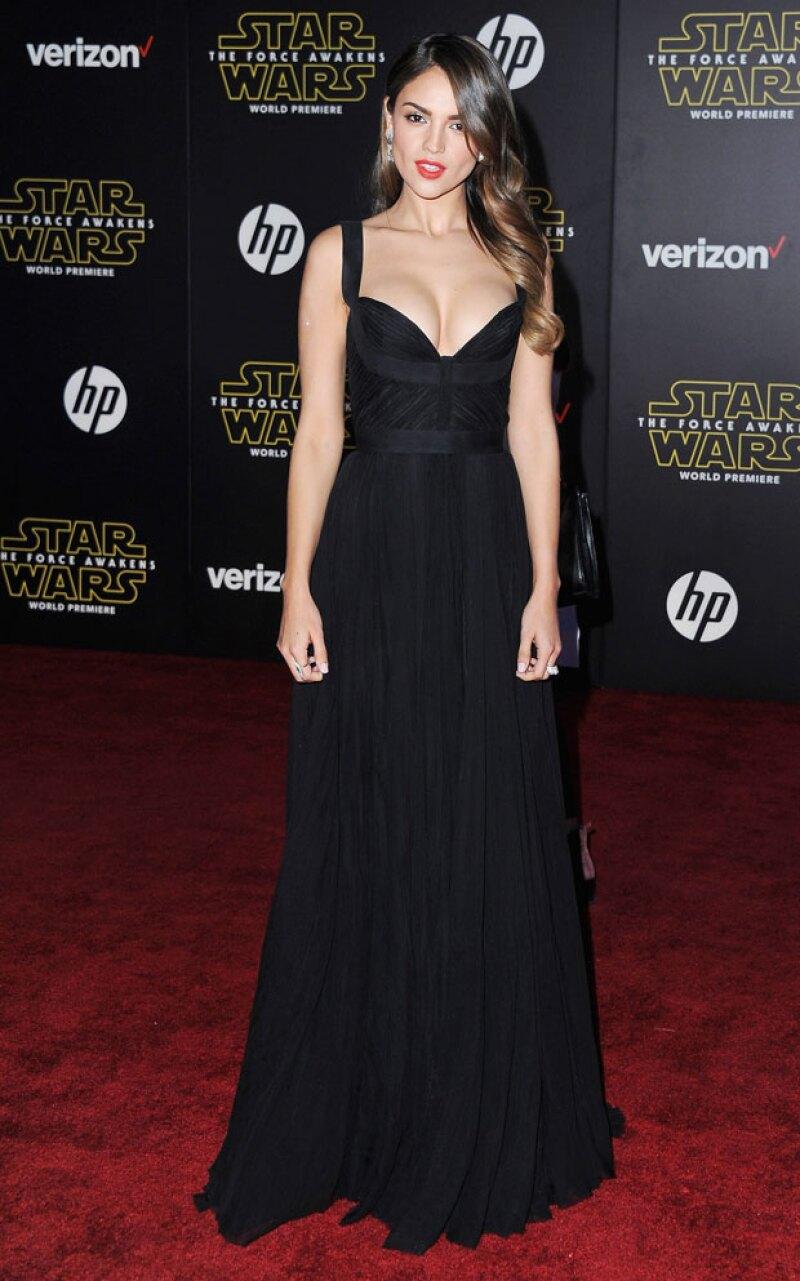 Eiza se inclinó por un vestido negro corte imperio con escote corazón.