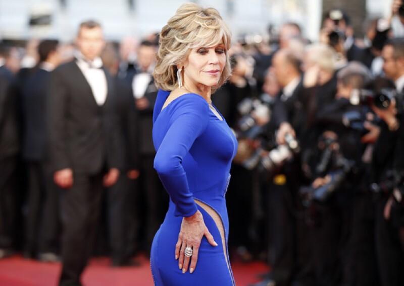 De la forma más sexy Jane Fonda lució su elegante Versace.