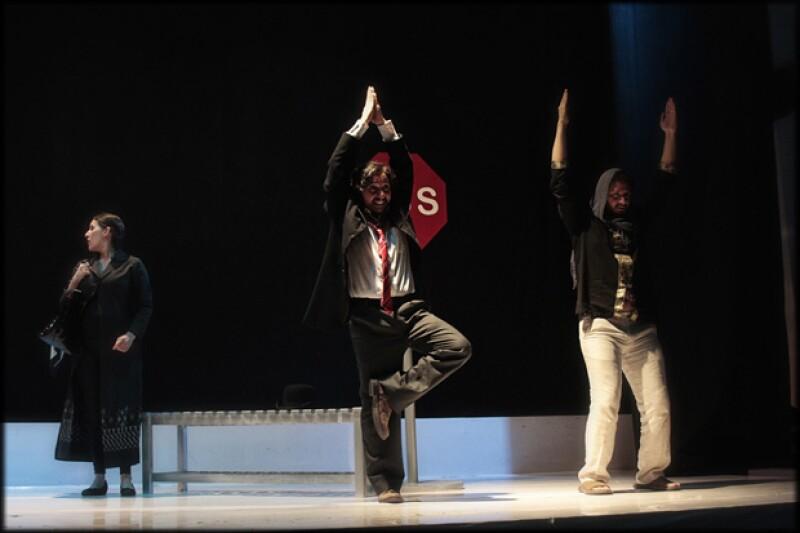 Tres actores y un músico en escena forman parte de este montaje.
