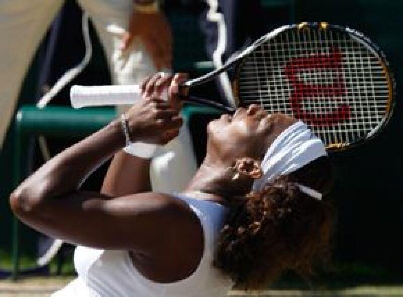 Serena Williams ganó el sábado su tercer título de Wimbledon al derrotar 7-6 (3), 6-2 a su hermana Venus en la final.