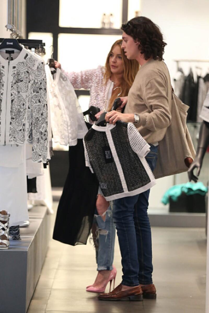 Quien al final la acompañó a su hotel ha estado varios días con ella en Milán, incluso fueron de compras juntos, haciendo notar que son muy amigos.