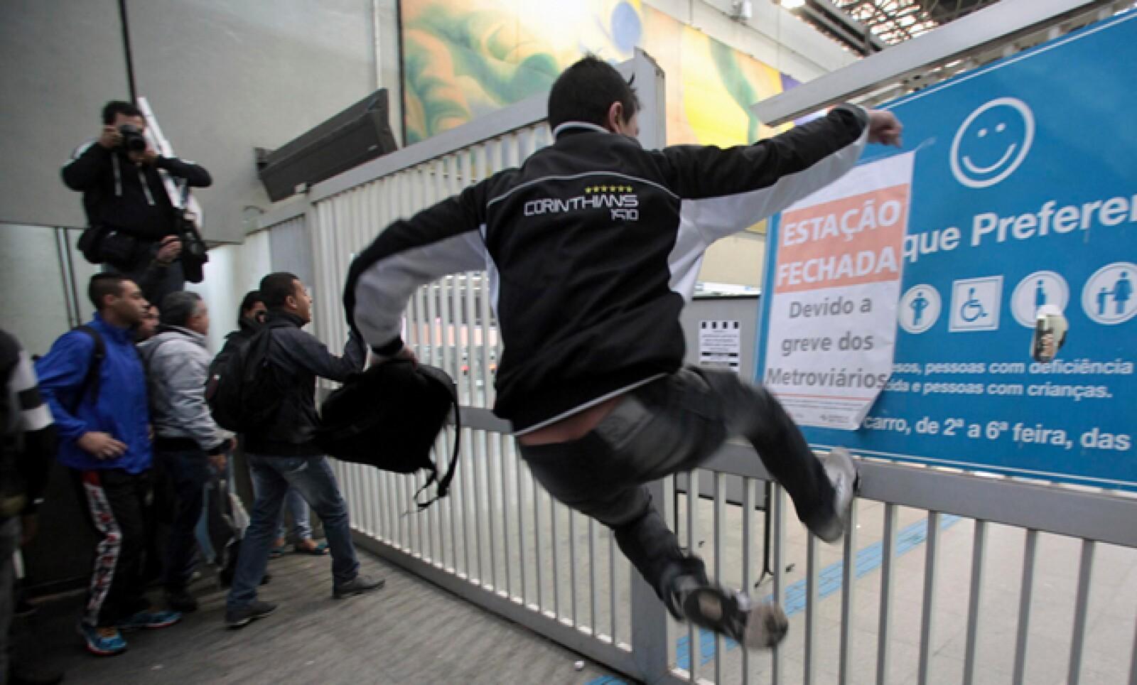 La desesperación fue tal que otros patearon y rompieron las vallas del Metro para pasar.