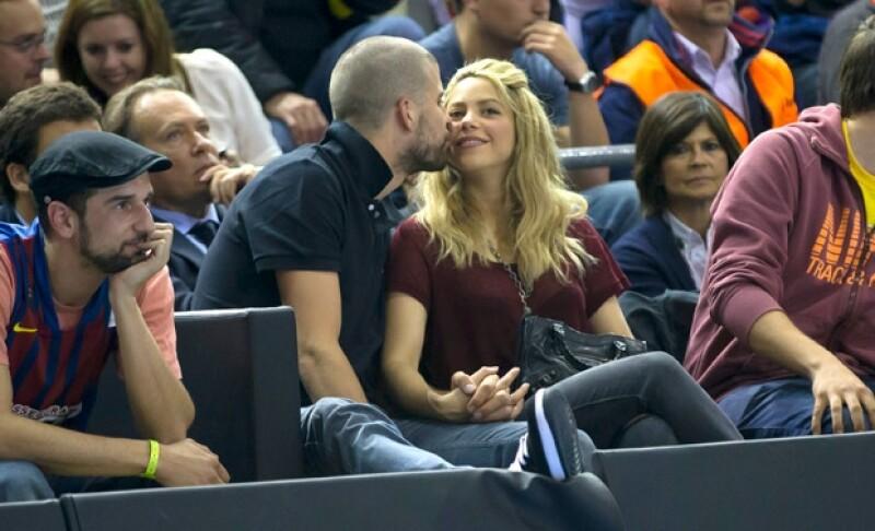 La pareja acudió anoche a un juego de basquetbol en Barcelona, donde dicha ciudad se enfrentó a Panathinaikos. Los padres de Milan no dejaron de mostrar su cariño en público.