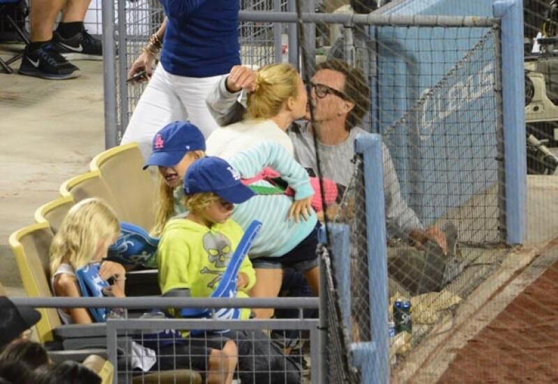 Este martes se publicó una imagen capturada en septiembre de 2013 en la que se ve a la actriz besando a su ex novio Donovan Leitch.