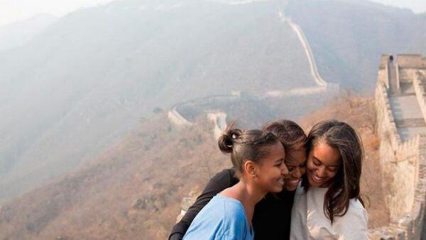 La primera dama de Estados Unidos y sus hijas recorrieron una parte de la Muralla China cercana a Pekín.