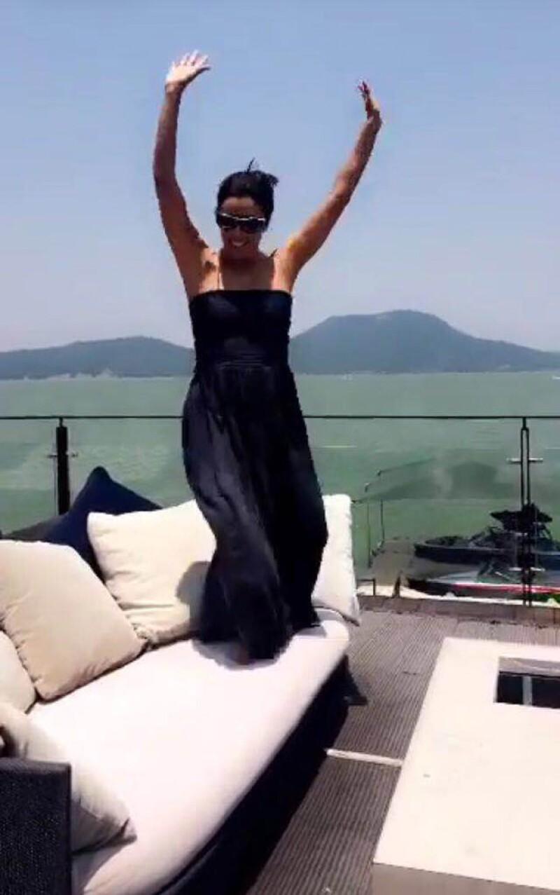 """La actriz no parece querer dejar de celebrar su boda con Pepe Bastón, por lo que, arriba de un mueble en una terraza, bailó divertida la canción """"Oh, What a Night""""."""