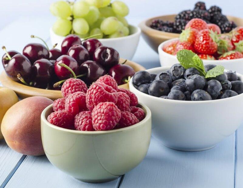 Puedes incluir fruta en tu dieta, pero procura que sean altas en antioxidantes y bajas en azúcares.