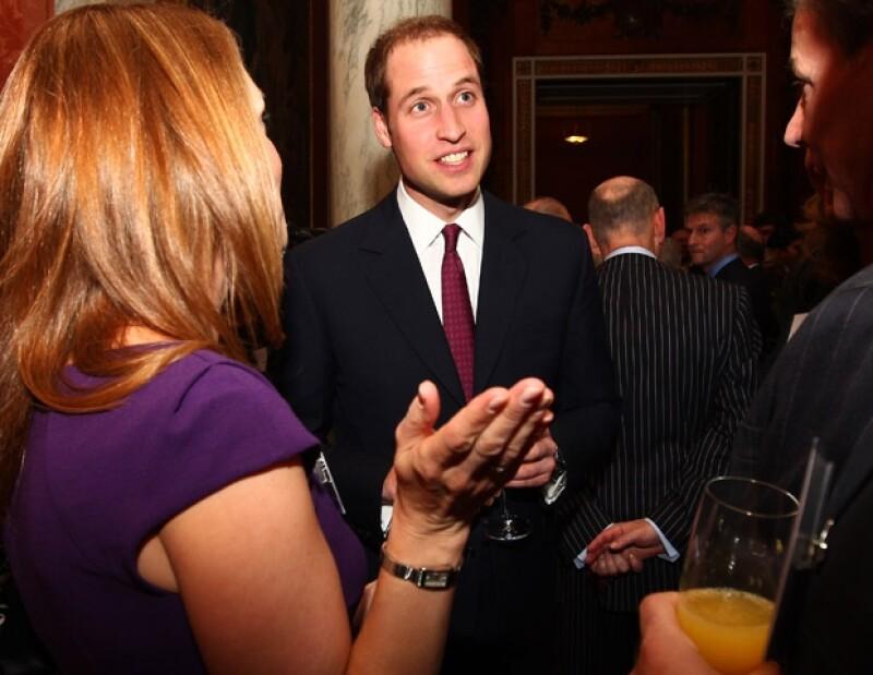 El Príncipe Guillermo platicó y brindó con los presentes.