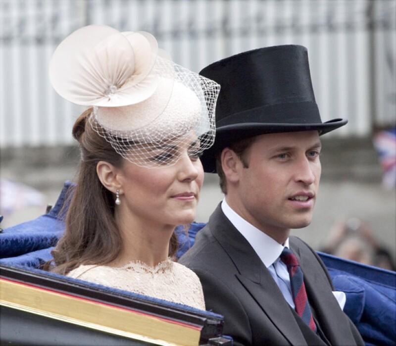 La esposa del heredero al trono británico decidió llevarle el desayuno a la cama y le regaló un reloj diseñado especialmente para él.