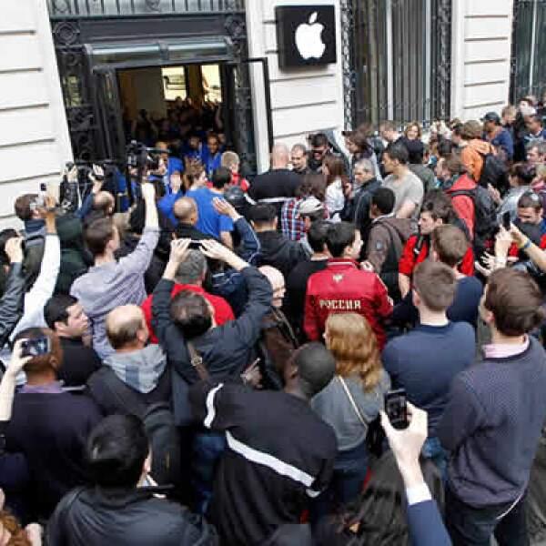 A cientos de kilómetros de ahí, en la tienda de Apple de París, el 'staff' de la firma recibe a su primer visitante.