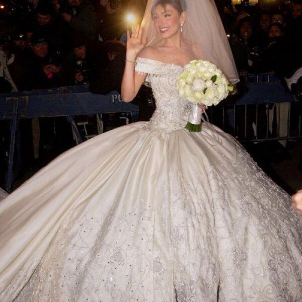 Thalia llegó a la Iglesia de San Patricio, ubicada en la Gran Manzana, a las 19:30 horas; el aire ondulaba el velo que la cantante llevaba en la cabeza sujetado por una tiara de perlas y diamantes.