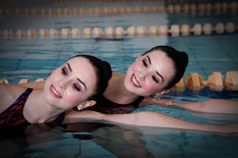 Andrea y Fátima Torre nadan al parejo