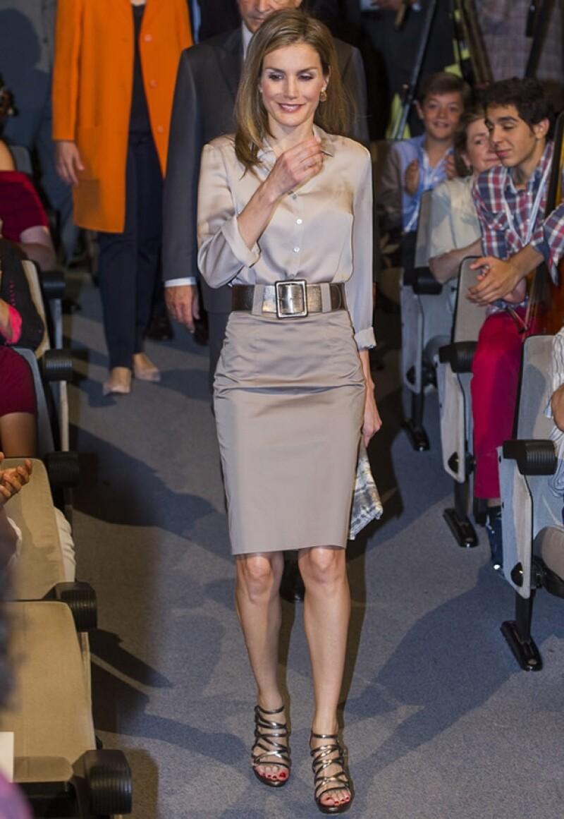 Letizia suele repetir piezas, como esta falda Varela y zapatos Magrit.