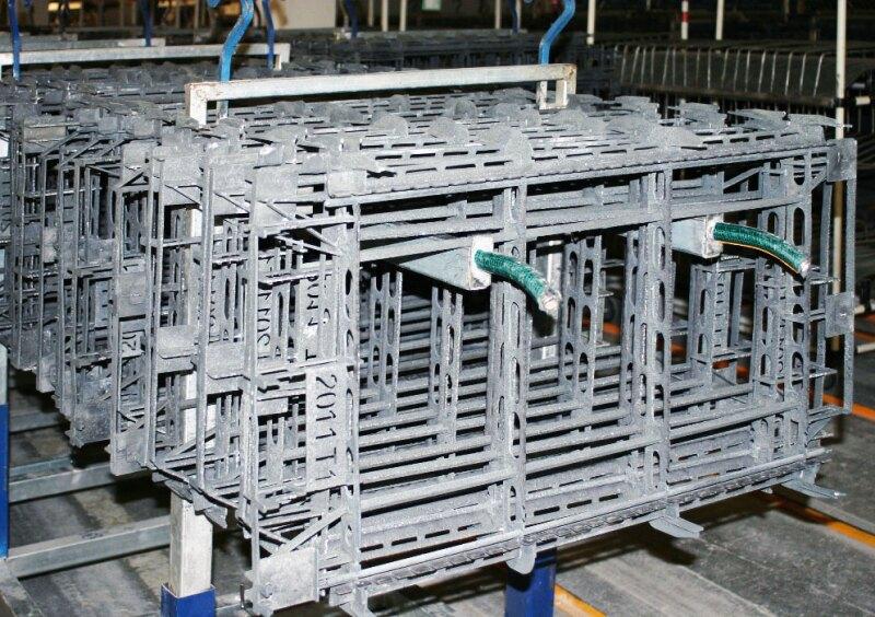 FORMACI�N. Las laminas de aluminio liso y corrugado se ensamblan en un molde (panal). Foto: Ivet Rodr�guez