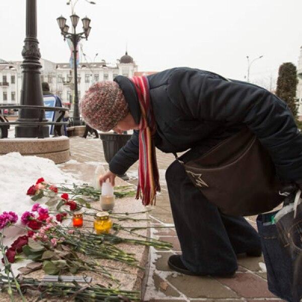 Cientos de personas colocaron flores en la embajada de Francia en la ciudad de Minsk.