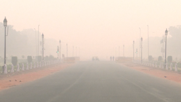 La fiesta de Diwalli deja a Nueva Delhi sumergida en una espesa niebla tóxica