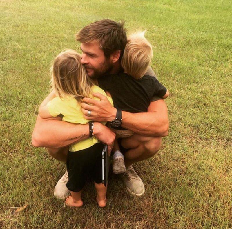 Chris es un padre amoroso con sus gemelos Tristan y Sasha, quienes tienen dos años.