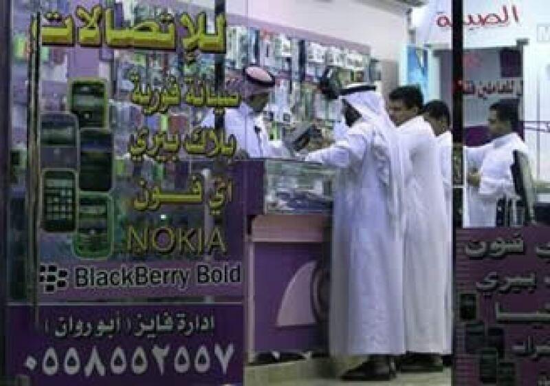 La confidencialidad que ofrecen los servicios de RIM ha vuelto muy popular el Blackberry entre los jóvenes sauditas. (Foto: Reuters)