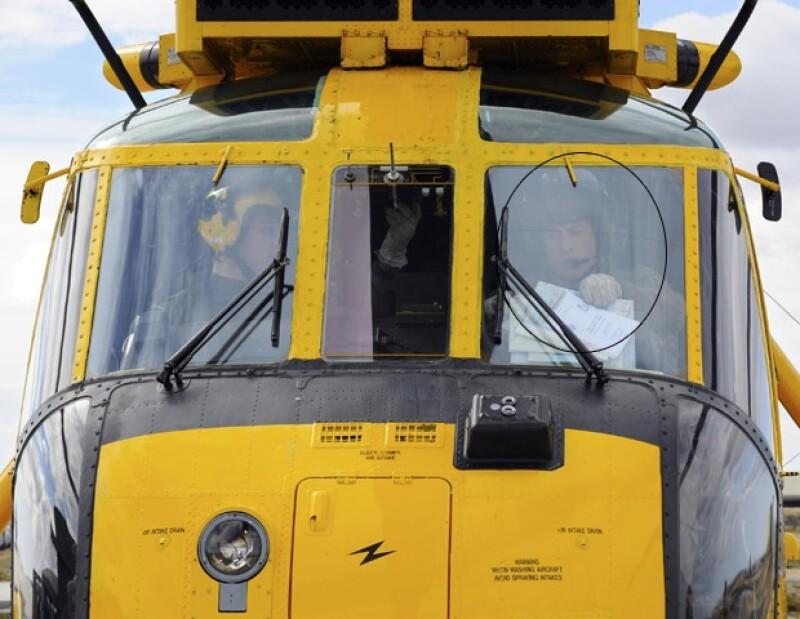 El miembro de la realeza fue captado piloteando un helicóptero Sea King.