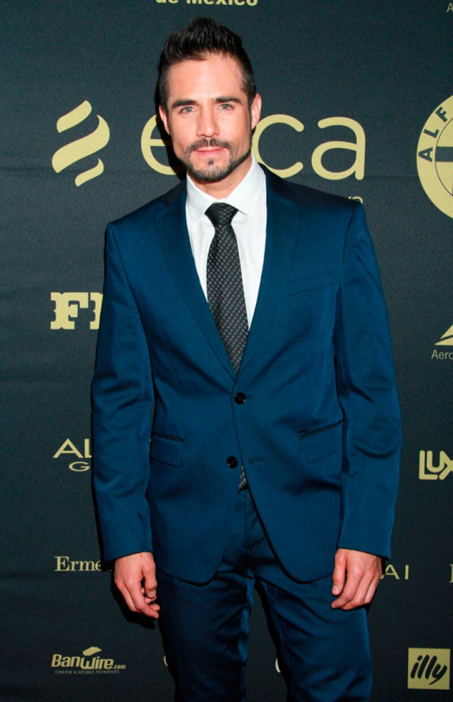 El guapo actor nos responde qué es lo que más le gusta de su trabajo, si le gustaría hacer una telenovela con Irán Castillo y hasta nos enseña su abdomen.