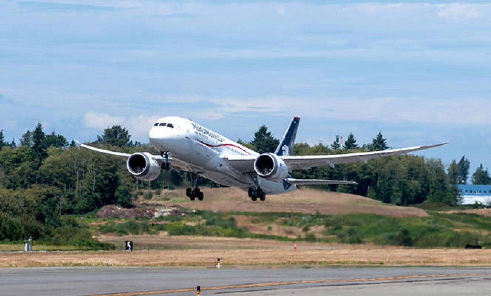 El primer avión Boeing 787 de la flota de Aeroméxico llegó este viernes al Aeropuerto Internacional de la Ciudad de México.